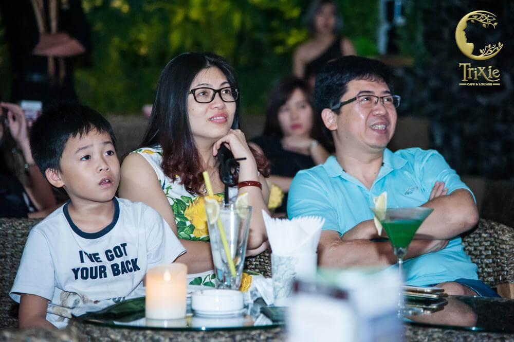 Gia đình thưởng thức cà phê và nghe nhạc