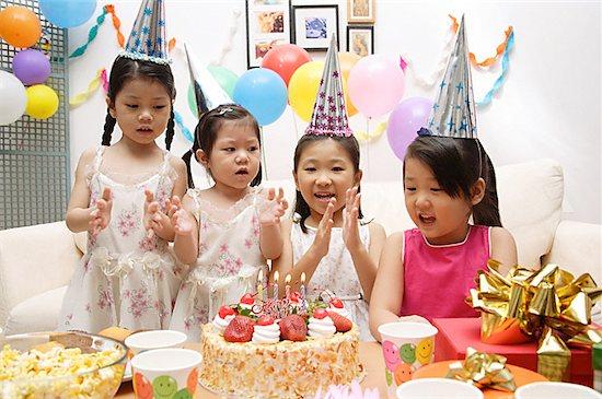 Bạn bè là khách mời không thể thiếu trong bữa tiệc sinh nhật cho bé