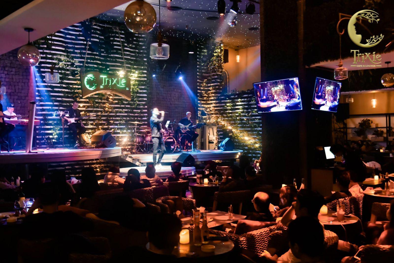 Cafe nhạc sống kỷ niệm  thời 8x, 9x dành cho thế hệ người trưởng thành hút khách tại Hà Nội