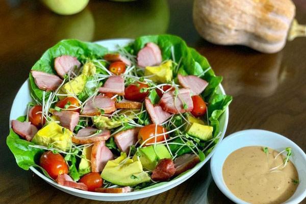 Salad lườn ngỗng xông khói sốt chanh leo