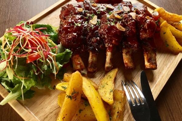 Sườn Lợn Iberico Nướng Sốt BBQ Ăn Kèm Khoai Tây