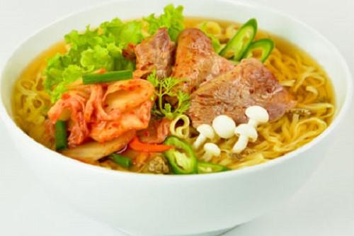 Mỳ tôm nấu thịt bò cải xanh