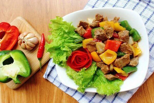 Bò Úc xào ớt chuông ăn kèm bánh mì